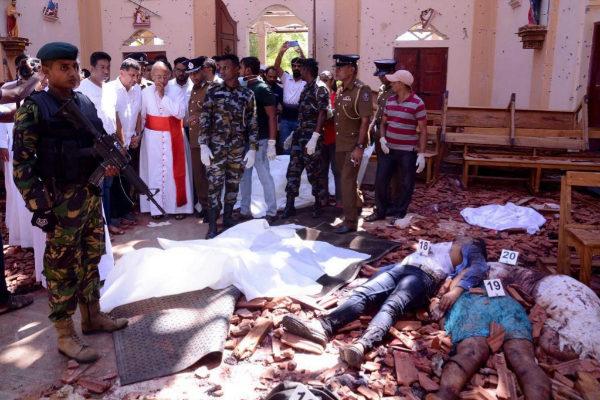 Soldados y sacerdotes contemplan a algunas víctimas de los atentados dentro de la Iglesia de San Sebastián.