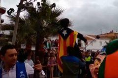 Imagen de la quema de un muñeco que representa a Puigdemont en Coripe (Sevilla).