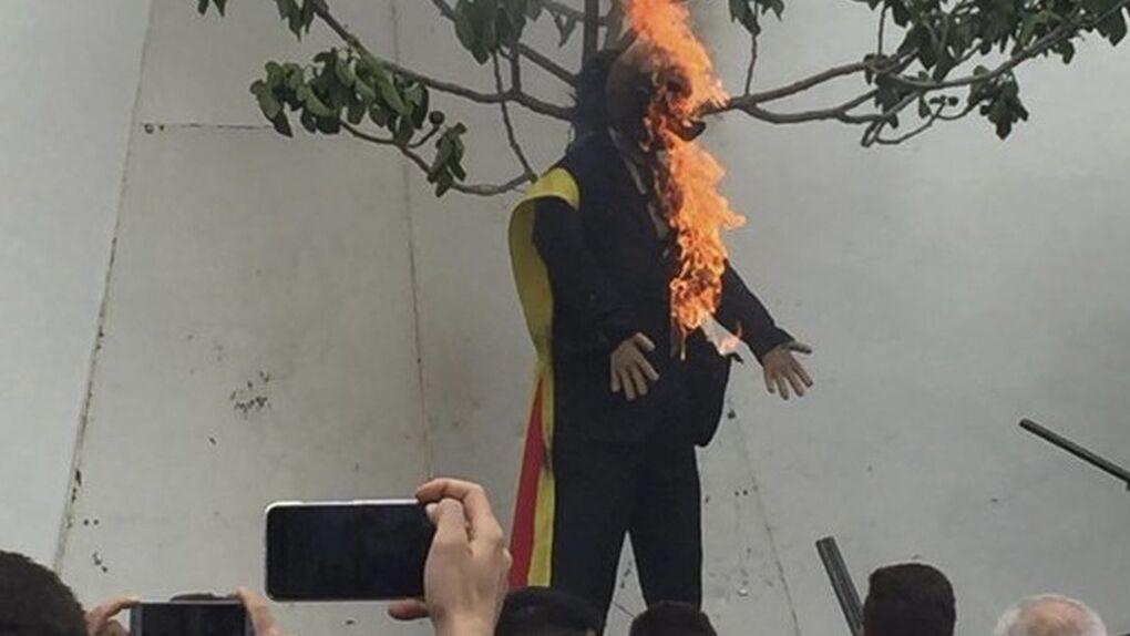 Un momento de la quema del muñeco que representaba a Puigdemont.