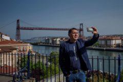 Arnaldo Otegi se hace un selfi con el Puente Colgante de fondo.