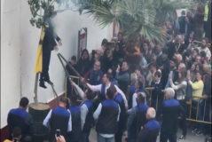 Momento de la fiesta de la Quemada de Judas, en Coripe, que este año ha protagonizado el muñeco de Carles Puigdemont.