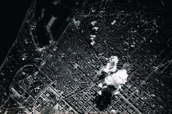 Columnas de humo provocadas por un bombardeo en el centro de Barcelona.