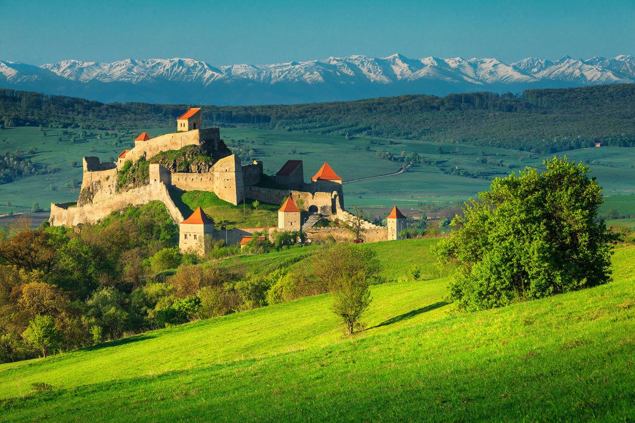 Pueblos pintorescos en los valles del Danubio, modernas ciudades como...