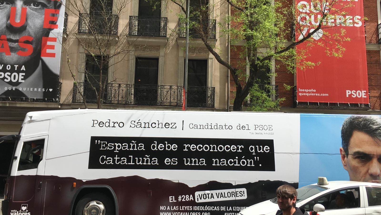 El autobús de HazteOir crítico con Pedro Sánchez, aparcado frente a la sede del PSOE este lunes.