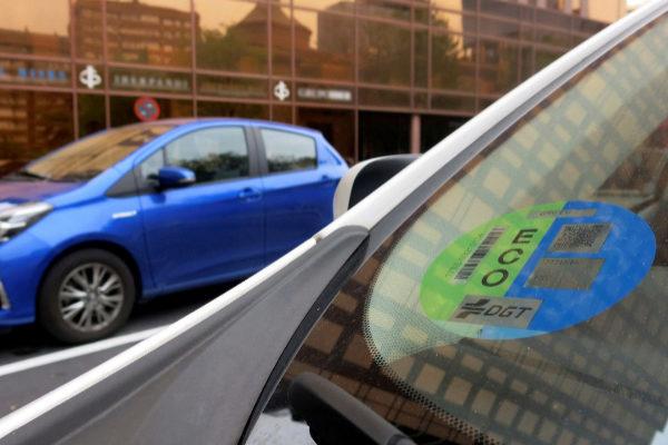 Un vehículo Eco, con la pegatina en el parabrisas.