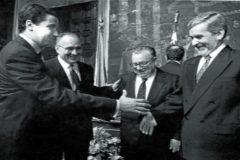 El entonces presidente Eduardo Zaplana saluda a Joan Lerma, en la celebración del 9 d'Octubre de 1995.