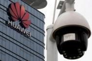 Una cámara de seguridad frente a una fábrica de Huawei en China.