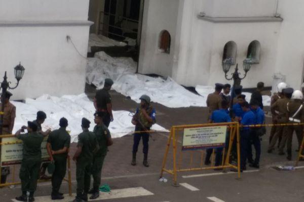 La policía trabaja para identificar los cuerpos de las víctimas en la iglesia de San Antonio.