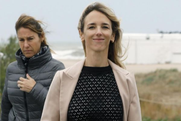 GRAF4455. CASTELLDLS (), 20/4/2019.- La cabeza de lista del PP al Congreso por , <HIT>Cayetana</HIT> Alvarez de Toledo, visitó este mediodía el paseo marítimo de Castelldefels, dentro de los actos de campaña a las próximas elecciones generales del 28-A.  Andreu Dalmau