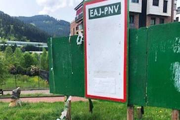 Los carteles del PNV han desaparecido de los tablones.