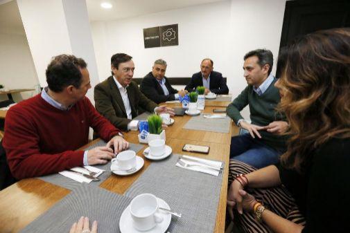 César Sánchez, ayer, en el desayuno de trabajo mantenido con candidatos al Congreso y el Senado, entre ellos, Rafael Hernando.