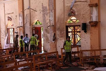 Varios agentes de la policía inspeccionan una de las iglesias atacadas en Negambo (Sri Lanka).