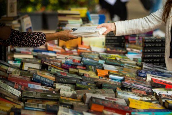 Una joven compra un libro durante la diada de Sant Jordi.