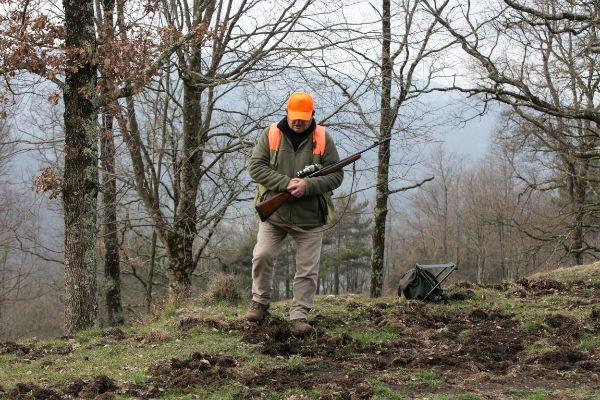 Un cazador en una batida de jabalíes en Girona, en una foto de archivo