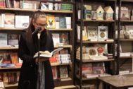 La novelista islandesa Yrsa Sigurdardóttir lee una de sus novelas en un acto en una librería de Reykjavik