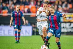 Débora García intente frenar a Estefania Banini en un instante del duelo en Mestalla.