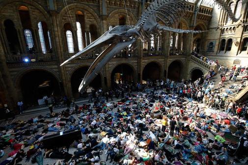 Activistas de Extinction Rebellion en el 'die in' del Museo de Historia Natural de Londres.