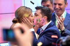 El candidato y nuevo presidente de Ucrania, Volodymyr Zelensky besa a su mujer Olena tras saberse vencedor en las elecciones.
