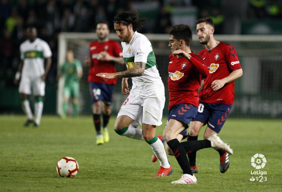 Una de las jugadas del partido, disputado en el Martínez Valero