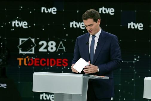 Albert Rivera revisa unas notas antes del comienzo del debate de TVE
