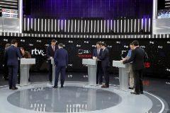 Los cuatro candidatos en el debate de TVE con sus asesores