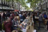 Puestos de venta de libros en la Rambla en el pasado Sant Jordi