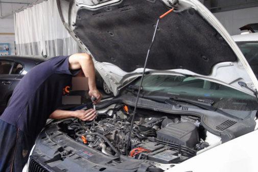 Un mecánico trabaja en un taller de la provincia.