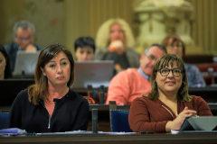 La presidenta del Govern, Francina Armengol, junto a su vicepresidenta y consellera de Turismo, Bel Busquets, en el Parlament.