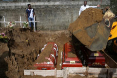 entierro masivo de las víctimas, dos días después de una serie de atentados suicidas con bomba contra iglesias y hoteles de lujo en toda la isla el Domingo de Pascua, en un cementerio cerca de la Iglesia de San Sebastián en Negombo, Sri Lanka.