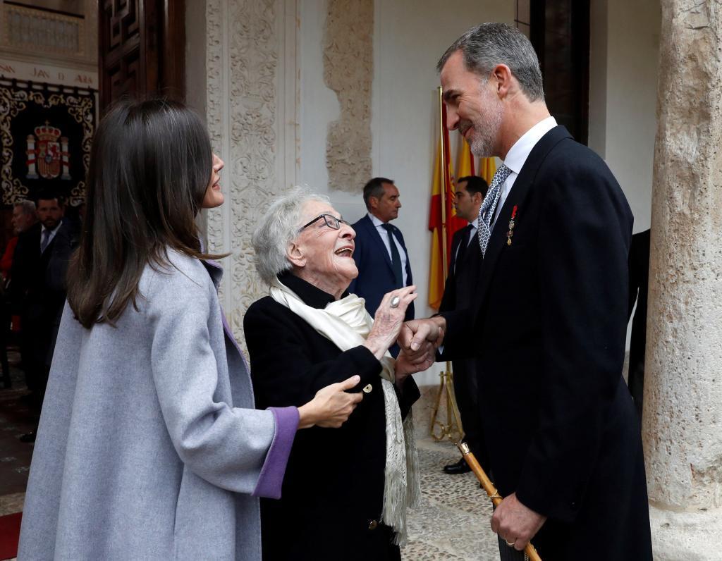Ida Vitale, junto a los reyes de España.