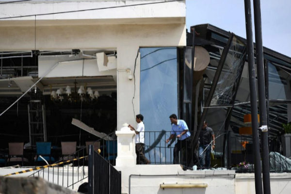 Tres hombres inspeccionan la última planta del hotel Kingsbury, en Colombo.