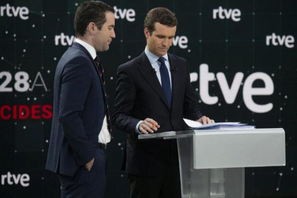 Teodoro García Egea y Pablo Casado, momentos antes del inicio del debate.