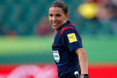Frappart será la primera mujer que arbitre en la Ligue 1