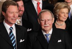LUX002. <HIT>LUXEMBURGO</HIT> (<HIT>LUXEMBURGO</HIT>).- Foto de archivo del gran duque Juan de <HIT>Luxemburgo</HIT> (dcha), acompañado por el gran duque Enrique de <HIT>Luxemburgo</HIT> (izq), posa para una foto de grupo durante la celebración por su 90 cumpleaños, en el Gran Palacio Ducal, <HIT>Luxemburgo</HIT>, el 5 de enero de 2011. El Gran Duque Juan de <HIT>Luxemburgo</HIT> ha muerto a los 98 años, según informaron varios medios de comunicación. Recientemente fue ingresado en el hospital aquejado de una neumonía.   PROHIBIDO SU USO EN ALEMANIA