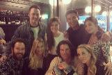 Cuatro actores de Salvados por la campana, Mark-Paul Gosselaar, Mario Lopez, Tiffani-Amber Thiessen y Elizabeth Berkley, se reencuentran en una cena con sus respectivas parejas