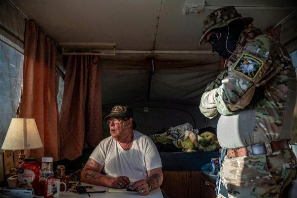 Larry Hopkins y uno de sus compañeros de la milicia, en una foto de archivo.