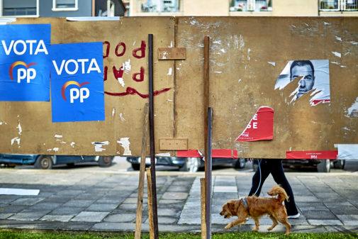 Carteles nuevos del PP en una pared de Moaña (Pontevedra) junto a carteles raídos del PSOE
