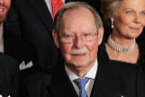El gran duque Juan de Luxemburgo (dcha), acompañado por el gran duque Enrique (izq), en su 90 cumpleaños.