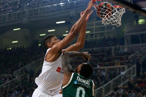 Tavares machaca el aro del Panathinaikos, en el OAKA.