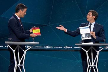 """Rifirrafe entre Rivera y Sánchez: """"He traído un libro que no ha leído"""""""