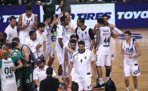 Los jugadores del Real Madrid celebran el triunfo en el OAKA.