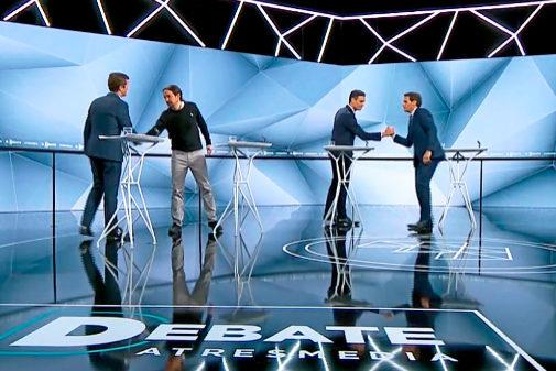 Los candidatos se saludan antes del comienzo del debate