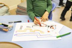Un niño pinta en una colegio de educación especial en Madrid.