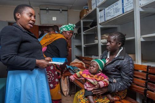 Una funcionaria muestra una cartilla de vacunación tras administrar la primera dosis contra el paludismo a su bebé, en el hospital comunitario de Mitundu, en el distrito de Lilongwe, la capital de Malawi