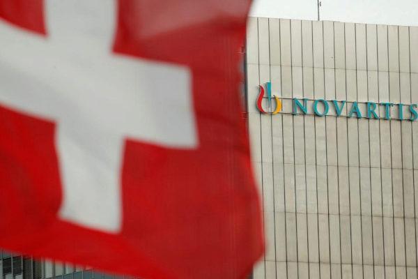 Una bandera suiza ondea frente a las oficinas de Novartis en Basel.