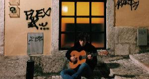 El guitarrista Álvaro Lafuente tocando en la calle.