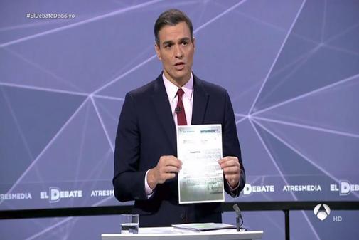 El presidente del Gobierno y cabeza de lista del PSOE, Pedro Sánchez, exhibe una carta en el debate de electoral de Atresmedia ante el 28-A.