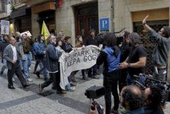 Rodaje de una escena simulando una manifestación en la Parte Vieja donostiarra.