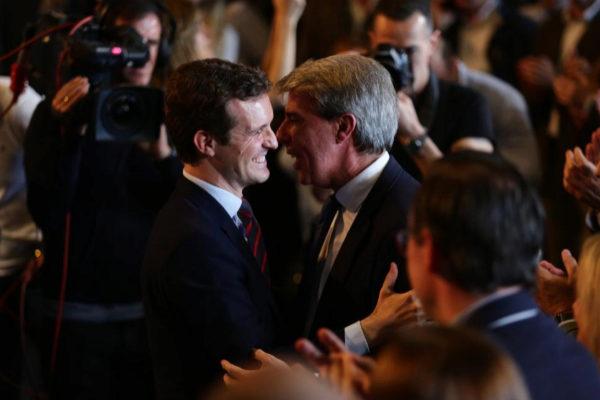 Pablo Casado y Ángel Garrido se saludan el pasado marzo, en la...