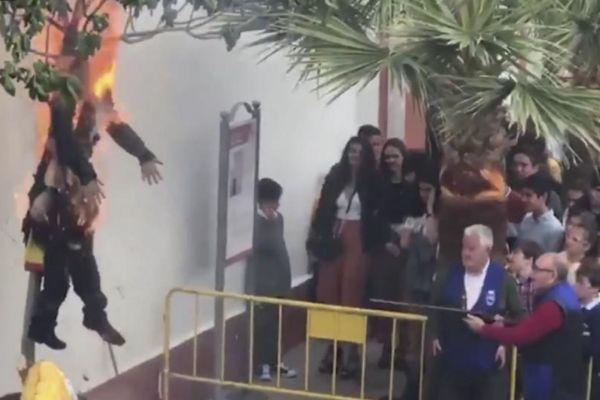 Momento de la quema del muñeco de Puigdemont en Coripe.